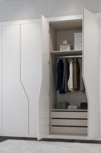 armario plegable lacado con tirador uñero
