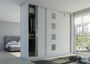 Armario de puertas correderas a medida, Serie Lite sin perfiles en la puerta, diseño minimalista, vidrios Ikura con testura, color Pergamon incrustado en la madera