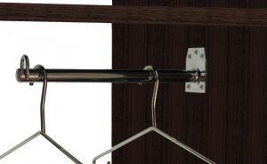 Con su colocación en el lateral del armario se consiguen colgar prendas de diferentes longitudes en el mismo hueco.
