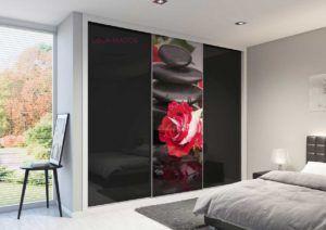 Armario a medida de puertas correderas con dos puertas con foto y vidrio negro, serie Slim