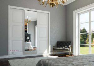 Armario de puertas correderas a medida, Serie Slim, diseño lacado blanco  con espejo central