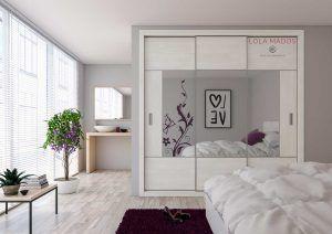 Armario empotrado de puertas correderas a medida, espejo gris con melamina diseño Hacienda blanco, perfil plata y tirador para puerta Serie Slim