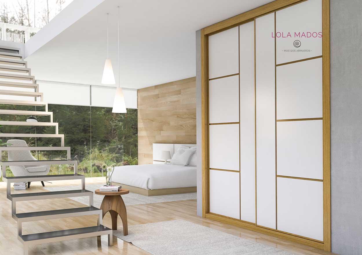 Armario a medida de puertas correderas laca blanca, fresado para alojamiento de chapa barniz a juego de molduras, serie Slim