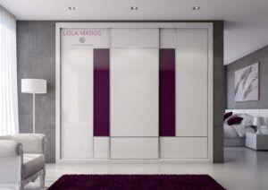 Armario a medida de puertas correderas con dos fajas en vidrio cardenal y vidrio blanco, serie Slim