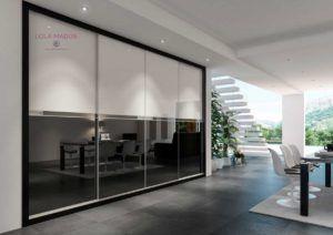 Armario empotrado puertas correderas, vidrio negro y vidrio blanco con faja en vidrio antracita