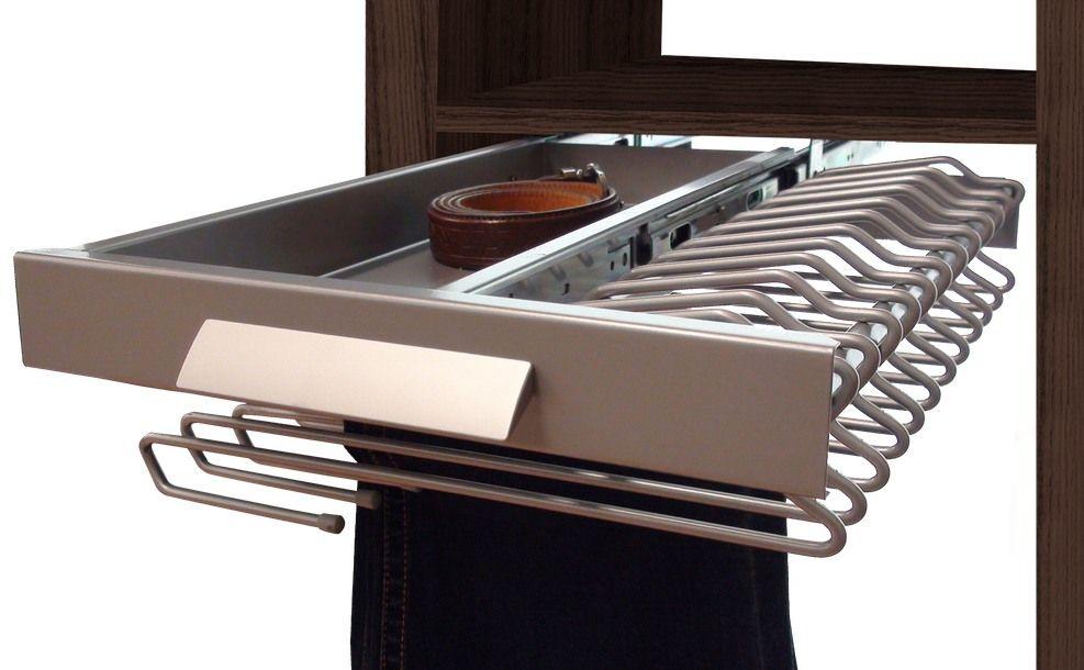 Extracción total, doble guía, perchas colgables y un cajón lateral para accesorios en un pantalonero con capacidad para 13 pantalones; diseñado para embellecer el armario, gana en comodidad y espacio