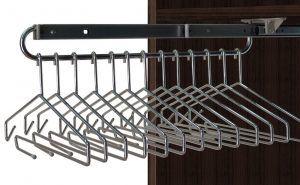 La combinación de la barra extraíble  y unas estudiadas perchas dan lugar a este práctico accesorio.