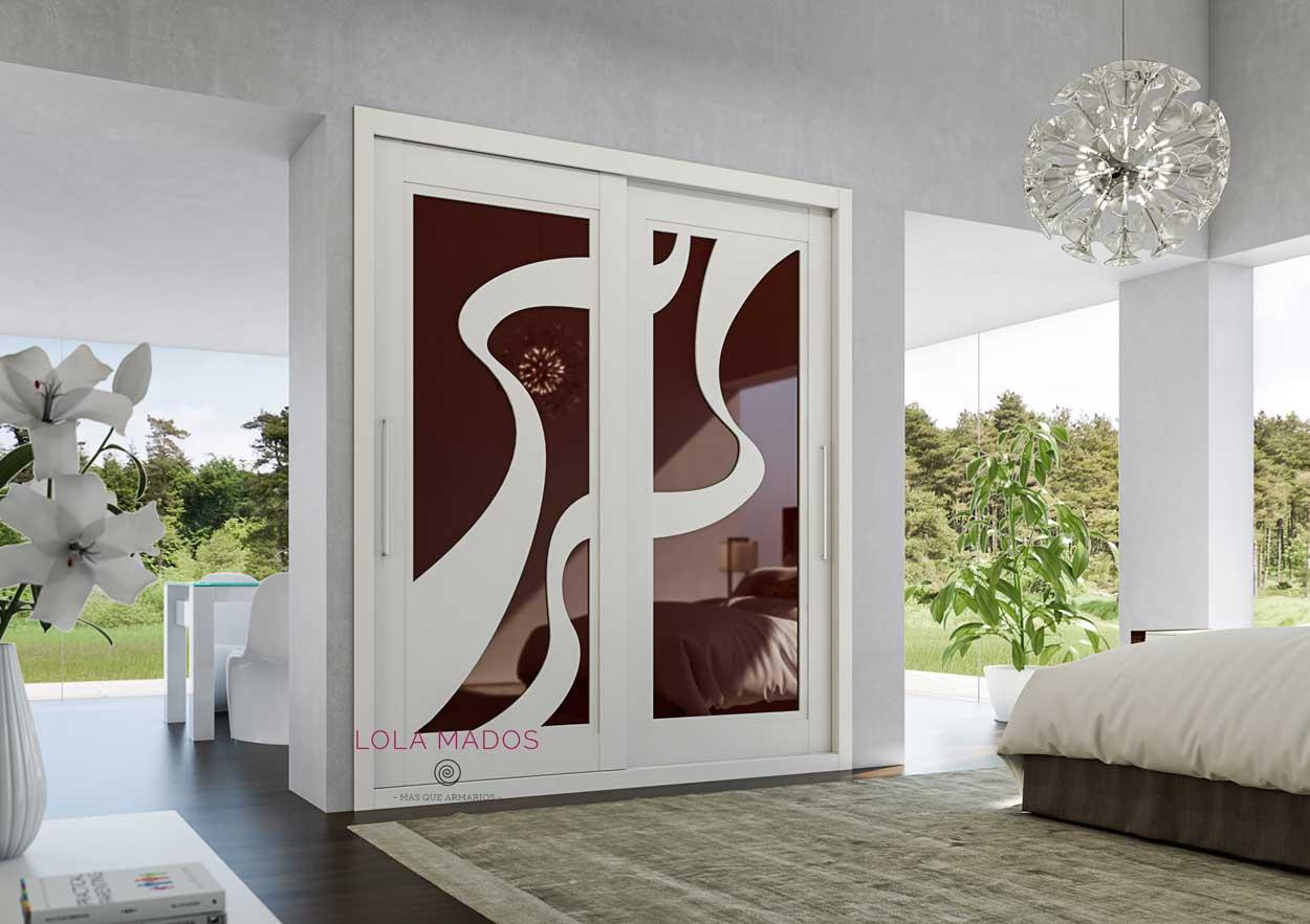 armario empotrado blanco con forma en S y vidrio burdeos