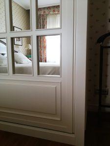 Detalle moldura de Armario empotrado lacado blanco con espejo